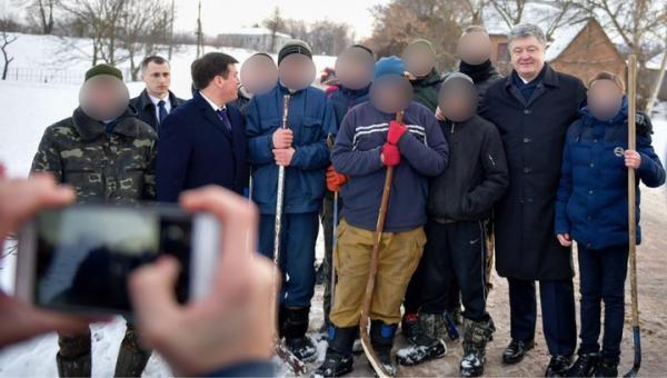 """""""Великие перемоги"""" и клюшки из лопат: Порошенко снова стал объектом насмешек"""